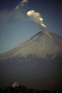 El volcán #Popocatepetl, en #Puebla. La tierra expresándose.