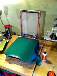Ideas for silk screen printing press diy Screen Printing Press, Silkscreen, Do It Yourself Inspiration, Fabric Painting, Printing On Fabric, Printer, Textiles, Diy Crafts, Illustration
