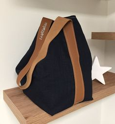 Navy linen bucket bag and topstitched fawn leather handle / pure linen shoulder bag - Womens Bags Jute Tote Bags, Quilted Tote Bags, Diy Tote Bag, Patchwork Bags, Crochet Bag Tutorials, Blue Shoulder Bags, Crochet Tote, Leather Handle, Bucket Bag