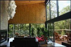 Spa La Source: fenetre noire, accessoire rouge et bois