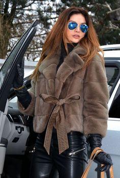 New 2015 gabriel pisani royal saga mink fur jacket class of sable chinchilla fox Fur Fashion, Look Fashion, Winter Fashion, Fashion Images, Sable Fur Coat, Mink Fur, Leder Outfits, Fabulous Furs, Girl Sleeves