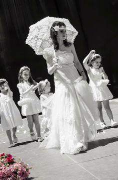 Desfile local con complementos para la novia (sombrillas, abanicos, tocados, ligas etc) y las niñas de arras (coronas, cestas, cojines y cinturones)