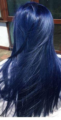 Latest trend in hair: Are you ready for navy blue hair? The popularity of navy blue hair is increasing! We are used to blue hair, pink, what about navy blue? Hair Dye Colors, Hair Color Blue, Cool Hair Color, Nice Hair Colors, Dyed Hair Blue, Bright Blue Hair, Blue Ombre Hair, Splat Blue Hair Dye, Blue Tinted Hair