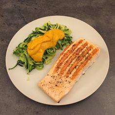 Gegrillter Lachs mit Zucchini-Nudeln und Kürbissoße – howegethealthy