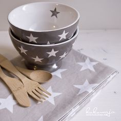 Krasilnikoff Geschirrtuch Stars / Schale / Bowl Star / Bambusbesteck www.kukuwaja.de Falling Stars, Love Stars, Christmas Dinnerware, Kitchenware, Tableware, Color Collage, Dish Sets, Stars At Night, Neutral Palette