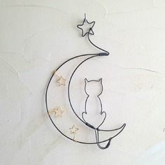 cat&the moon wire art Wire Crafts, Metal Crafts, Diy And Crafts, Cat Jewelry, Wire Jewelry, Sculptures Sur Fil, Wire Ornaments, Wire Flowers, Decoration Originale