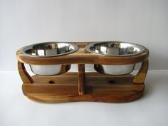 ACACIA TRIPOD M This dog bowl stand is carefully handcrafted to details. The height of the stand is 13 cm and is free standing. This holder are for two bowls, bowl diameter is 14 cm. Quality stainless steel bowl is dishwasher safe.