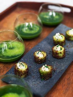 Byd dine gæster velkommen med agurksnacks sammen med en æble/spinatdrink med vodka. Det er ren grøn energi med lidt fest og farver.
