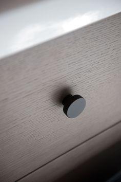 Badrum inspiration - Badrumsmöbler i grå ek med rund knopp - Bright | Ballingslöv