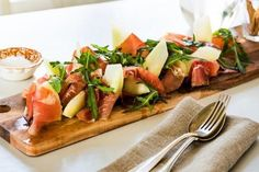 Melon-cured ham, perfect for the May 17 breakfast. Spekeskinke med melon, perfekt til mai-frokosten Prosecco, I Foods, Nom Nom, The Cure, Good Food, Brunch, Food And Drink, Appetizers, Snacks