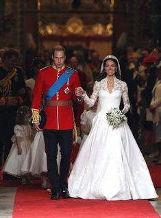 Les plus belles robes de mariée des mariages royaux http://www.vogue.fr/mariage/inspirations/diaporama/les-plus-belles-robes-de-marie-des-mariages-royaux/21058/carrousel#kate-middleton-en-robe-alexander-mcqueen-lors-de-son-mariage-avec-le-prince-william