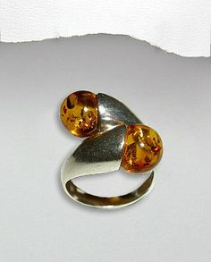 Inel interesant argint - chihlimbarInel interesant realizat din argint si chihlimbar.Greutate: 8,4 gr.Latime maxime: 22 mm.Marimi disponibile: 6,7,8,9 (SUA). Gemstone Rings, Silver Rings, Gemstones, Romania, Jewelry, Jewlery, Gems, Bijoux, Jewerly