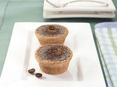Receita de Minitortas de Chocolate e Café - Para o recheio:, 500 g de Cobertura de Chocolate Meio Amargo Garoto picada, 1 xícara (chá) de creme de leite (200 g), 2 colheres rasas (sopa) de café solúvel (10 g), Para a massa:, 2 xícaras (chá) de farinha de trigo (250 g), 1 xícara (chá) de Chocolate em Pó Garoto, 1 pitada de sal, ½ xícara (chá) de açúcar de confeiteiro (80 g), 150 g de manteiga, 1 gema, 2 colheres (sopa) de Cacau em Pó, Materiais necessários:, formas de miniempadinha