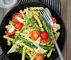 Denna krämiga pasta med egengjord pesto mixar du enkelt ihop med bland annat basilika, solroskärnor och vitlök. Genom att blanda pastan med peston blir den härligt krämig och god. Som tillbehör serverar du nykokta haricots verts och små saftiga körsbärstomater.
