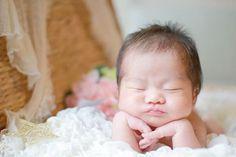 ♥ 念願のニューボーンフォト♡ @f_nohara さんに撮ってもらいました どれも素敵すぎて可愛すぎてやばい これからちょこちょこ連投するかもです . #0歳 #新生児#7月1日生まれ  #7月生まれ #ニューボーン #ニューボーンフォト #天使 #ほおづえポーズ#ig_kidsphoto  #ig_kids #ig_baby#ig_japan #ig_oyabakabu #ig_kids_japan  #コズレ#ママリ#コドモノ#ZIP写真部 #ベビフル#ゆず#新生児フォト#赤ちゃん