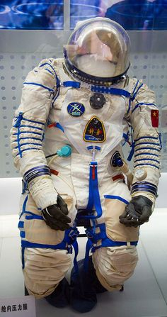 In order to survive outside the Earth's atmosphere, we need space suits for protection. Check out the evolution of space suits. Personal Armor, Soyuz Spacecraft, Space Outfit, Space Projects, Film Inspiration, Cosplay Diy, Space Program, Deep Space, Space Exploration