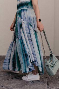 """Batik kombinieren leicht gemacht: Ich zeige dir in einem Sommer Outfit, wie gut du den Tie-Dye Trend 2019 im Alltag kombinieren kannst. Außerdem findest du auf meinem Modeblog zahlreiche Styling-Tipps rund um das Batik-Muster. Die Sommer Trends 2019 versprechen jede Menge stilvolle Tie-Dye Outfits, womit sich die """"Was ziehe ich im Sommer an?""""-Frage direkt beantworten lässt. Mehr liest du jetzt auf www.whoismocca.com. #batik #tiedye #sommertrends #modetrends #sommeroutfit Casual Chic Outfits, Tie Dye Outfits, Fashion Weeks, Batik Shirt, Outfits Tipps, Mode Blog, German Fashion, Winter Trends, Tie Dye Skirt"""
