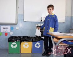 """En la clase de Natural Science y aprovechando el trabajo de la unidad """"Matter, Materials and Mixtures"""" los alumnos de 3º #ISPprimaria se introdujeron en el concepto de reciclaje y las tres 3 R: reciclar, reutilizar y reducir. Aprendieron a partir de unos contenedores que hay en el aula qué tipo de materiales van en cada uno y las consecuencias en nuestro planeta por no reciclar. #enriquecimientocurricular #inmersionlingüistica"""