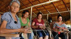 Visita sorpresa cambia la vida a mujeres tejedoras de guano