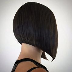 above the shoulder triangle haircut Corte Channel, Triangle Haircut, Above The Shoulder Haircuts, Graduated Haircut, Medium Hair Styles, Short Hair Styles, One Length Haircuts, Classic Haircut, Bob Hairstyles