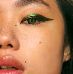 Patrick's Day Makeup looks - St. Patrick's Day Makeup looks St. Patrick's Day Makeup looks Eyeliner Make-up, Eyeshadow Makeup, Eyeshadow Palette, Green Eyeshadow, Metallic Eyeliner, Eyeshadow Pans, Eyeliner Ideas, Eye Makeup Blue, Colorful Makeup