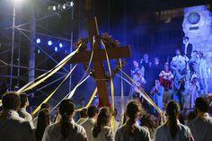 Jóvenes llevan la cruz durante la realización del Vía Crucis en Río de Janeiro, ante la presencia del Papa Francisco. (AFP)