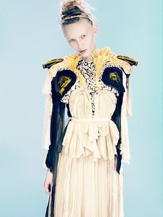 Young British Designers: Navy/Yellow/Cream Pleated Silk Top by Felicity Brown - Divinely structured to fit and frame the female form to perfection. Quirky Fashion, Fashion Art, Runway Fashion, High Fashion, Womens Fashion, Fashion Design, Sculptural Fashion, Contemporary Fashion, Felicity Brown