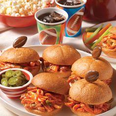 Sándwiches Manwich® de Pollo en Olla de Cocción Lenta: Deliciosos sándwiches de pollo preparado en olla de cocción lenta y sazonado con Manwich, cebolla y jalapeño: perfectos para cualquier reunión