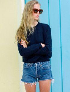Sweat bleu marine + short en jean vintage = le bon mix (blog Marie von Behrens)