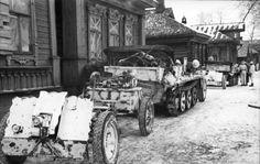10 halftrack vehicle towing a cm le.IG 18 field gun through a Russian village, Oct 1941 Ww2 Weapons, Warring States Period, Ww2 Photos, Ardennes, War Image, Korean War, German Army, Panzer, Luftwaffe