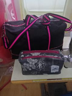 Sac weekend Boston et trousse Zip-Zip rose et noir cousus par Christina - Patron Sacôtin