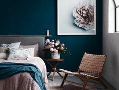 mur bleu canard, peinture magnifique fleur rose, chambre à coucher déco rose