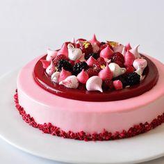 """גם את העוגה הזו נלמד להכין בסדנת עוגות ראווה... – """"pink"""" מוס יוגורט, ג׳לה פירות יער, ביסקוויט פיסטוק וקראנץ Fizzy. יום שישי 12.6 09:30 - יום שישי 16.6 17:30. להרשמה כנסו לאתר www.peckale.com"""