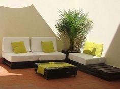 DECORAR TERRAZAS-JARDINES CON PALETS  http://19bis.com/objectbis/2011/07/26/objetos-con-2%C2%AA-vida/decorar-terrazas-jardines-con-palets/