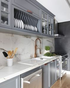 Grey kitchen ideas brings an excellent breakthrough idea in designing our kitchen. Grey kitchen color will make our kitchen look expensive and luxury. Country House Interior, Kitchen Interior, Kitchen Decor, Kitchen Ideas, Kitchen Trends, Grey Kitchens, Home Kitchens, Grey Kitchen Floor, Grey Kitchen Designs