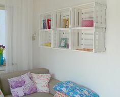 Esta é uma ideia para você que tem um quarto mas não tem onde guardar seus brinquedos. Sabe aqueles caixotes de feira? Use eles para guarda...
