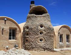 Hello Eco friendly home that is resistant to hurricans, with stands California earthquakes, and is fire and flood resistent. Small Tiny House, Tiny House Cabin, Tiny Houses, Green Building, Building A House, Home Rocket, Earth Bag Homes, Earthship Home, Eco Buildings