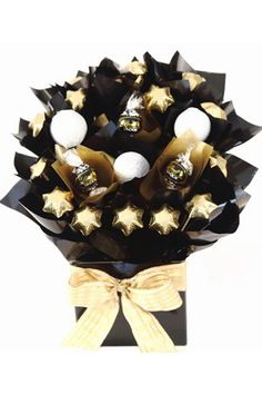 This stunning bouquet of milk chocolate golf balls and Lindt chocolates is sure to impress. Assortment of Large Solid Milk Chocolate Golf balls by Dolci Doro Black & Gold Milk Chocolate Lindt Balls 12 x Solid Milk Chocolate Gold Stars by Chocolatier Prese Fathers Day Hampers, Chocolate Crafts, Chocolate Recipes, Candy Flowers, Candy Trees, Small Gifts For Friends, Chocolate Flowers Bouquet, Chocolate Hampers, Wine Gift Baskets