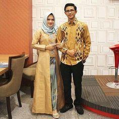 An ankle-length for a look that is both modest and dramatic. Kebaya Lace, Kebaya Dress, Batik Kebaya, Batik Dress, Kebaya Kutu Baru Hijab, Kebaya Brokat, Kebaya Muslim, Fashion Couple, Look Fashion