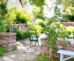 Kalksten och lummig grönska. fin färg på stolen
