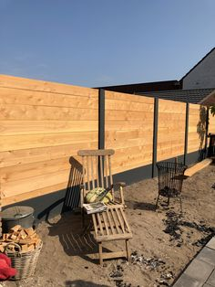 Like the cleanliness and simplicity - Skin Care Diy Backyard Fence, Backyard Patio Designs, Backyard Projects, Backyard Landscaping, Wood Fence Design, Privacy Fence Designs, Concrete Posts, Landscaping Retaining Walls, Modern Fence