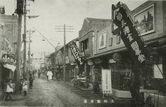 대구의 근대를 한눈에 조망할 수 있는 대구근대역사관은 우리나라가 일본과의 불평등 조역으로 개항을 했던 1876년부터 1970년대에 이르는 시기의 대구의 변천사, 생활문화, 일제강점기 항일독립운동 및 해방 후의 민주운동 관련 자료들을 전시한다. 이곳의 개관과 동시의 기념전으로 '대구근대사진전'이 열리고 있다. 1층 상설전시실에서는 관공서와 생활상을 담은 대구의 근대사진 100여 점이 선보인다. 2층 기획전시실에서는 대구근대 사진과 다양한 종류의 근대 카메라등을 전시한다.