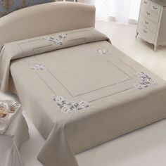 This Pin was discovered by Ünz Hand Embroidery Patterns, Embroidery Designs, Linen Bedding, Bedding Sets, Bed Cover Design, Drawn Thread, Brazilian Embroidery, Linens And Lace, Bed Styling