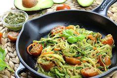 Cómo hacer espaguetis de calabacín y zanahoria con pesto vegano de aguacate. Pasta sin gluten de verduras con pesto sin lácteos ni lactosa. | https://lomejordelaweb.es/