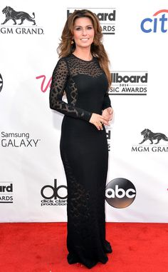 Shania Twain looks sophisticated and sexy in this beautiful black dress.