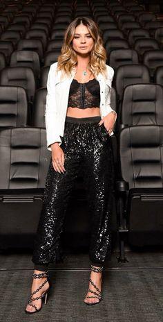 12 looks com um toque fashionista para copiar de Thássia Naves. Jaqueta branca, top cropped de renda, estilo lingerie, calça jogging preta de paetês, sandália de tiras preta