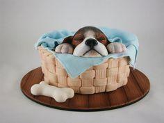 """Torta tallada con forma y textura de canasta. Perro """"Beagle"""" modelado y texturado a mano en pasta de azúcar, pinado a mano y con aerógrafo. Trabajo de textura en canasta, manta y base efecto madera. Todo realizado en materiales comestibles. #DogCake"""
