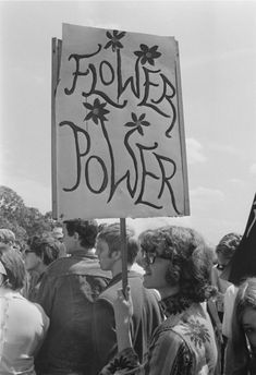 flowers 33 Photos Of The Summer Of Love: When Hippies Took Over America Flower Power London Looks Hippie, Hippie Love, Hippie Man, Hippie Things, Art Hippie, Hippie Vibes, Boho Hippie, Maquillage Wonder Woman, Les Suffragettes