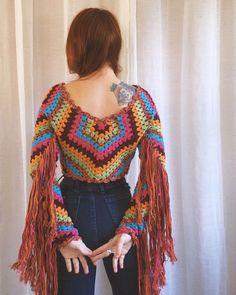 No photo description available. Crochet Fringe, Crochet Blouse, Crochet Shawl, Knit Crochet, Crochet Tops, Dress Patterns, Crochet Patterns, Look Boho Chic, Mode Crochet