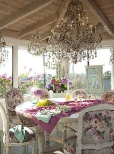 what a gorgeous outdoor dining area... and the chandy!